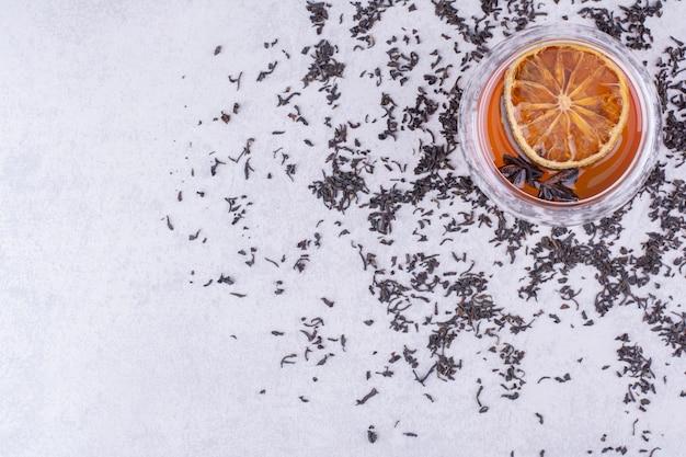 오렌지 슬라이스와 정향 홍차 한잔. 고품질 사진