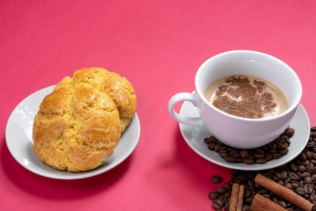 카푸치노와 옥수수 빵 한 잔