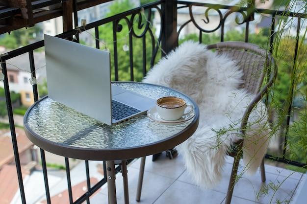 カプチーノと花のカップが表示され、自宅で作業しています