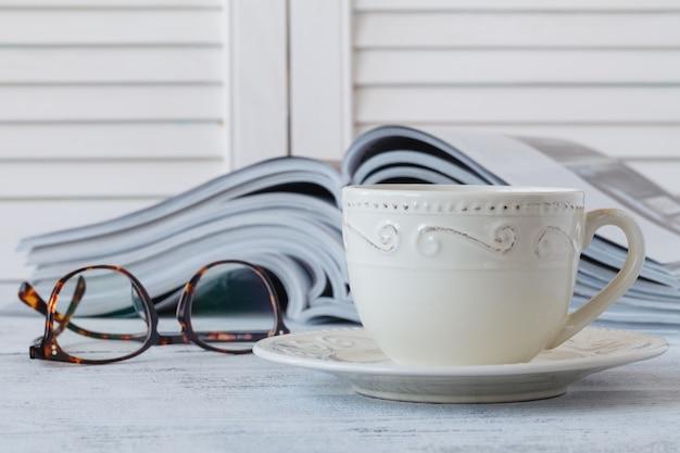 흐림 커피 숍에 잡지와 카푸치노 한잔