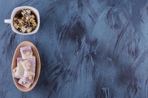 카모마일 차 한잔과 파란색에 장미 즐거움의 그릇.