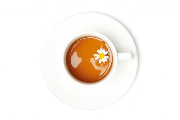 白い背景で隔離のカモミールティーのカップ