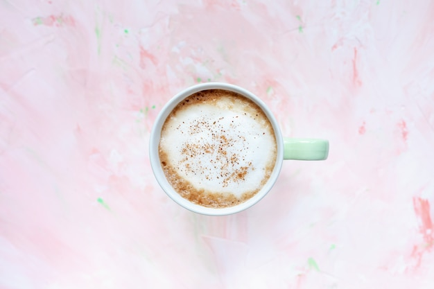 계 피 컵 라이트 핑크 소박한 벽에 라 떼 커피를 매운. 평평하다, 평면도, 복사 공간, 소셜 미디어 영웅 헤더 템플릿.