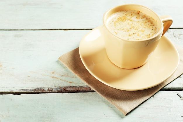 Чашка какао на фоне цветных деревянных досок