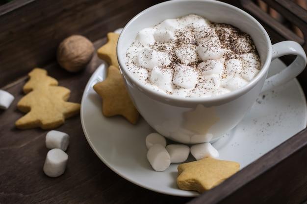 마시멜로와 쿠키 코코아 한잔 트레이 근접 촬영에. 선택적 초점입니다. 크리스마스 장식입니다.