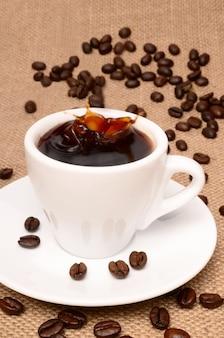 コーヒーのクローズアップのカップ