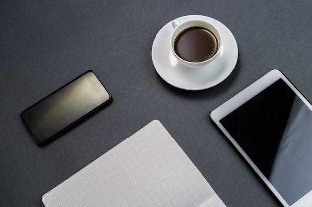 ノートブックとコーヒーのカップ