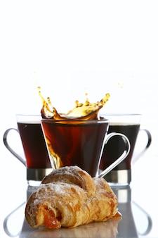 クロワッサンとコーヒーのカップ