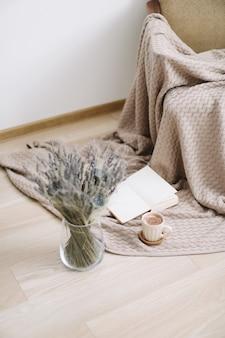 커피, 책 및 나무 배경에 꽃 컵. 평면도. flatlay. 아늑한 집