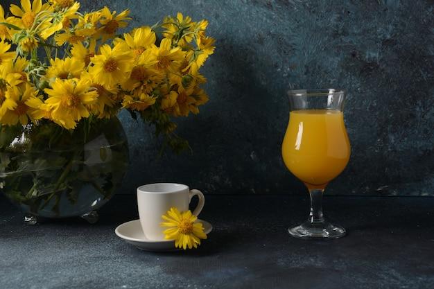 Чашка кофе и стакан апельсинового сока. летняя концепция