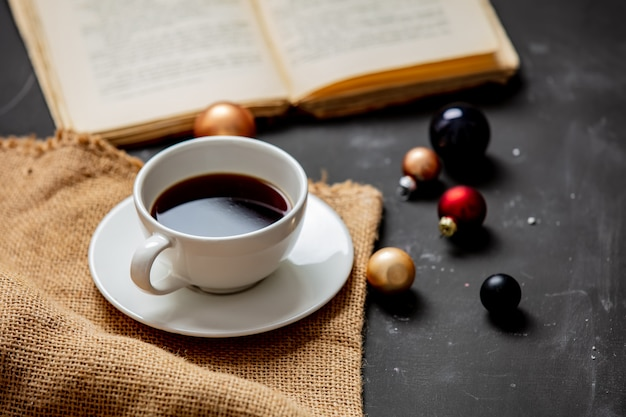 Чашка кофе и безделушки с книгой