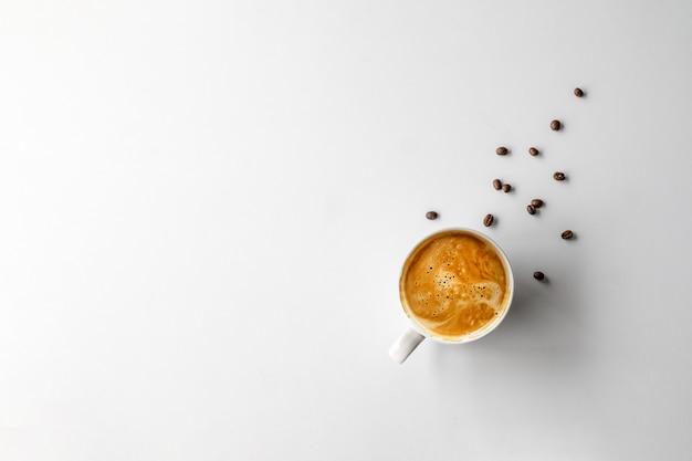 Чашка кофе и бобы рядом