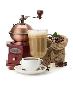 白い背景で隔離のコーヒーと豆のカップ