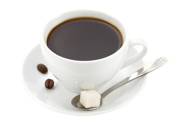 커피와 콩 흰색 표면에 절연 컵