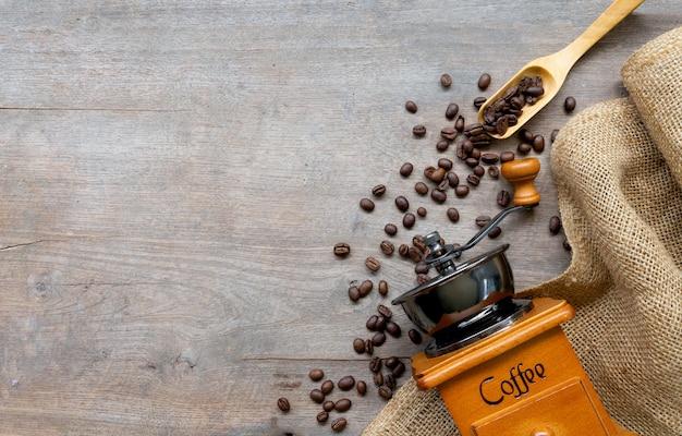 一杯のコーヒーと白で隔離される豆