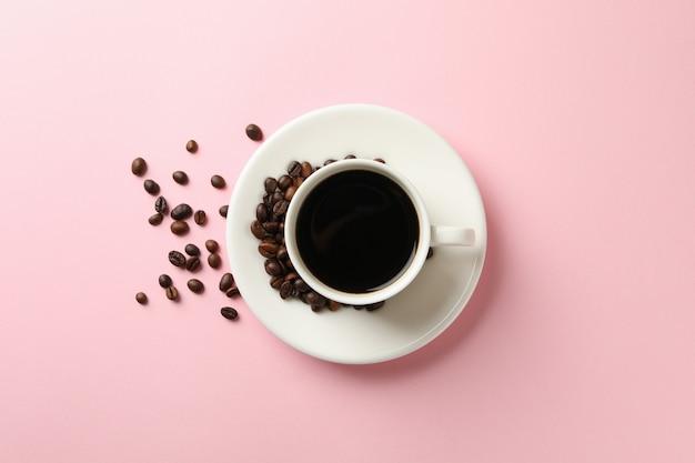 ピンクのコーヒーと豆のカップ