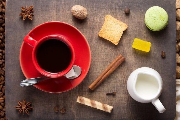 木製の背景、上面図にコーヒーと豆のカップ