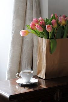 Чашка кофе и красивые тюльпаны