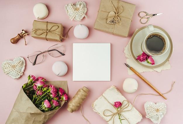 Чашка кофе и букет весенних цветов