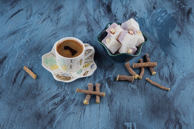 파란색 배경에 커피와 장미의 그릇의 컵.