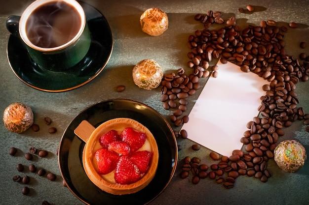 一杯のコーヒーとイチゴのケーキ