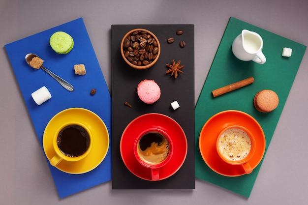 抽象的な背景、紙の表面の質感でコーヒーとチョコレートミルクのカップ