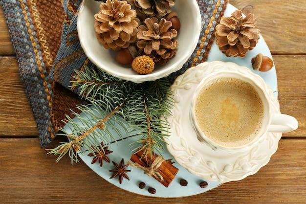 Чашка кофе и ветка елки на салфетке