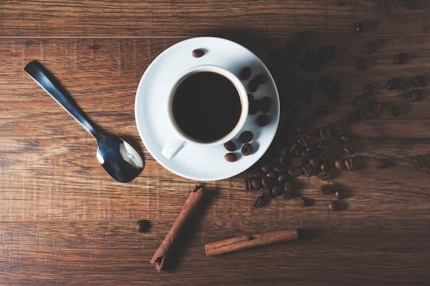 一杯のコーヒーとシナモン