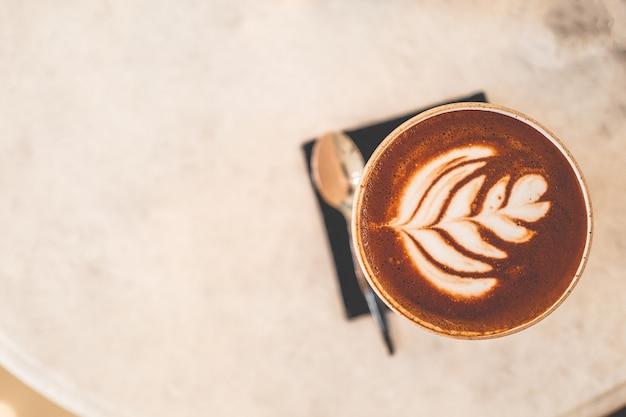 一杯のコーヒーとコーヒー豆のカフェでコーヒーカップ