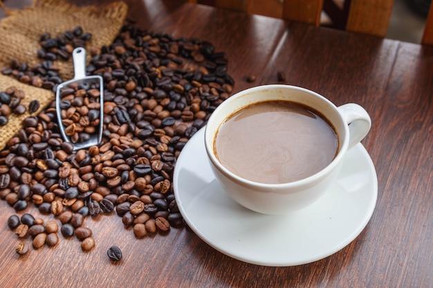 一杯のコーヒーと袋に入ったコーヒー豆、上面図