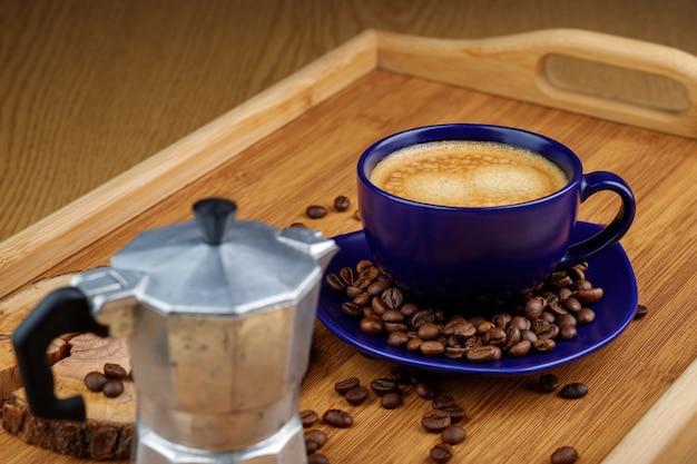 Чашка кофе и кофейных зерен на блюде изолированы