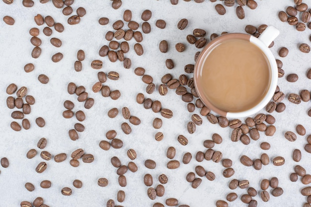 대리석 배경에 커피와 커피 콩의 컵. 고품질 사진