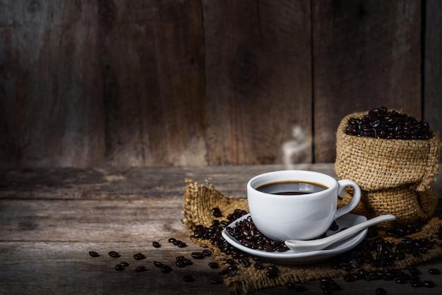 Чашка кофе и кофейных зерен на столе
