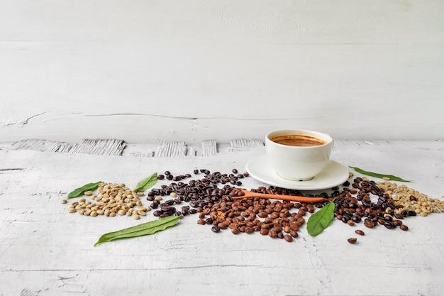 흰색 나무 바탕에 커피와 커피 콩 한 잔