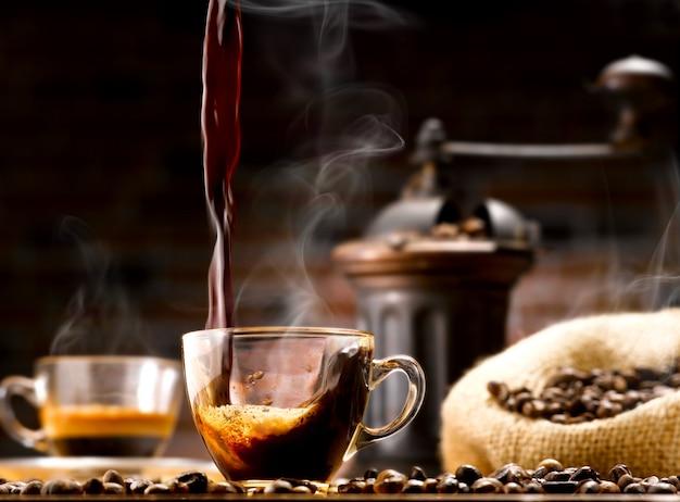 커피와 원두 커피 한잔 프리미엄 사진