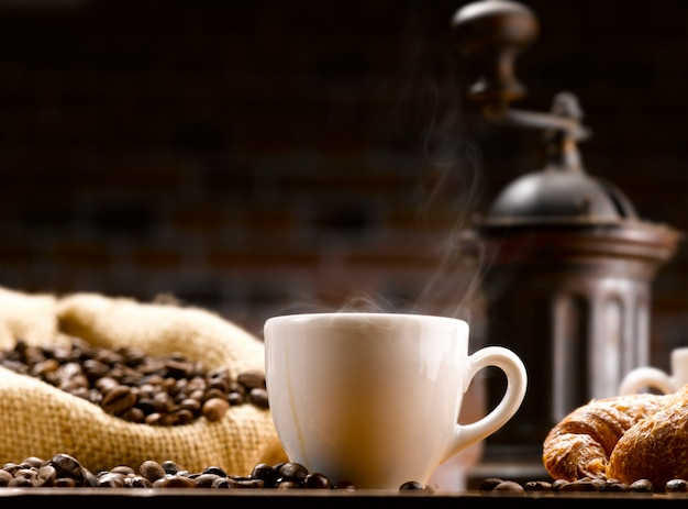 커피와 원두 커피 한잔