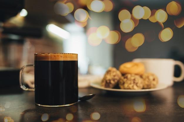 一杯のコーヒーとクッキー、コーヒータイム。高品質の写真