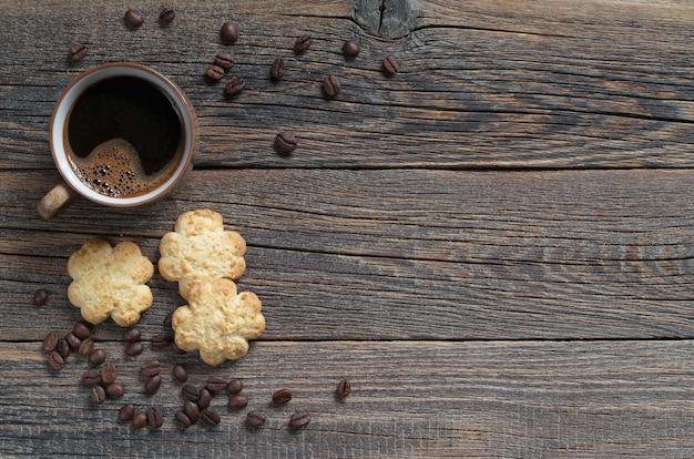 一杯のコーヒーとココナッツチップとクッキー