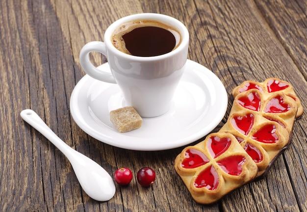 잼과 크랜베리를 곁들인 커피와 쿠키 한 잔