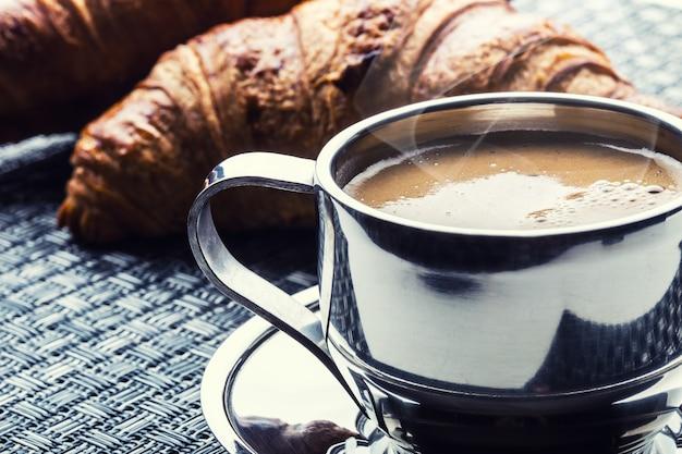 아침 메뉴로 커피와 크루아상 한 잔.