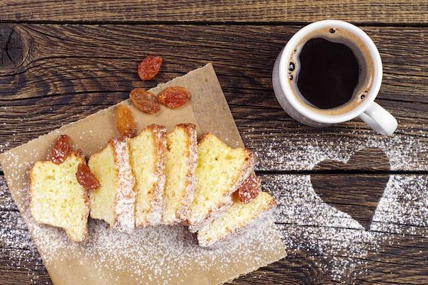 마음으로 빈티지 나무 배경에 커피와 컵 케이크 한잔
