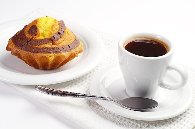 一杯のコーヒーとチョコレートとカップケーキ