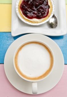 一杯のコーヒーとデザート