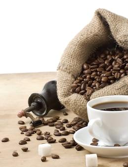 흰색 표면에 고립 볶은 콩 커피와 분쇄기의 컵