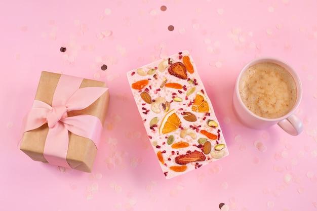 ファスティブ ピンクの背景にコーヒー カップと手作りのピンク チョコレートとギフト ボックス