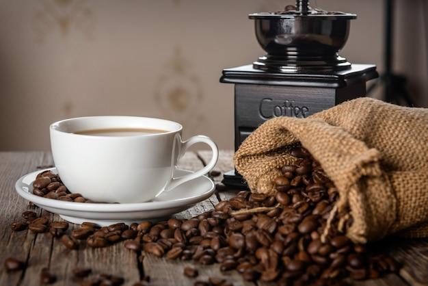 木製のテーブルの上のコーヒーと豆の山