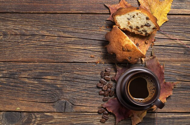 Чашка кофе и кекс с изюмом