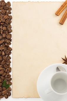 커피와 양피지 흰색 표면에 절연 컵