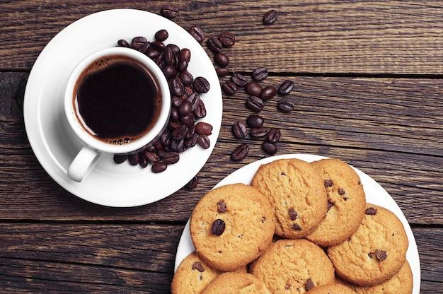 一杯のコーヒーとチョコレートクッキーのプレート
