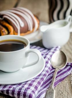 Чашка кофе и маковая булочка, глазированные ганашей